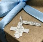 Pingente Profissão Plaquinha Biomedicina em Prata 925